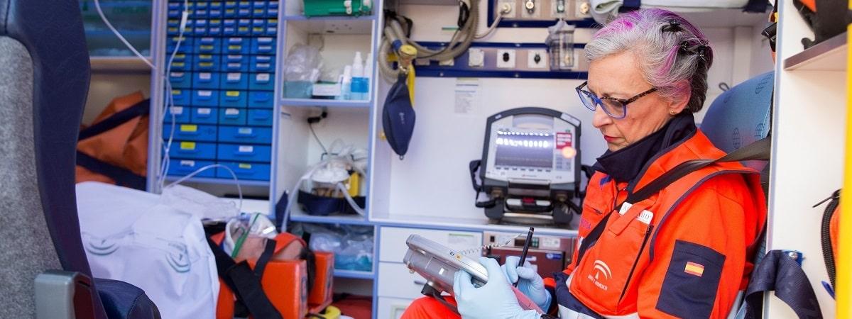 Profesional de salud en ambulancia